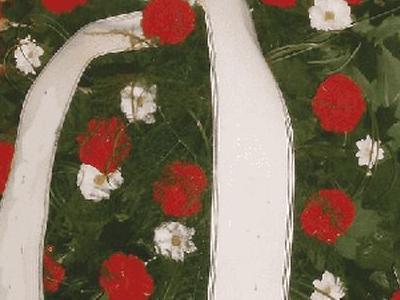 wieniec z biało czerwonymi kwiatami