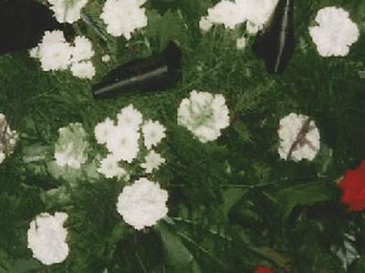 wieniec z białymi kwiatami