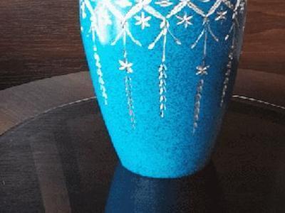urna niebieska z kamieniu