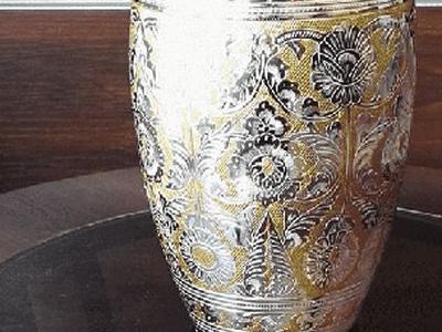 urna z złotym kolorem